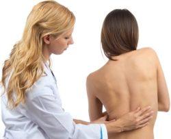 осмотр спины врачём