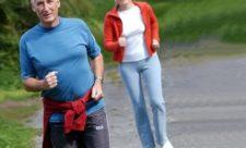 пожилые люди бегают