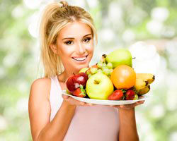 девушка с фруктами