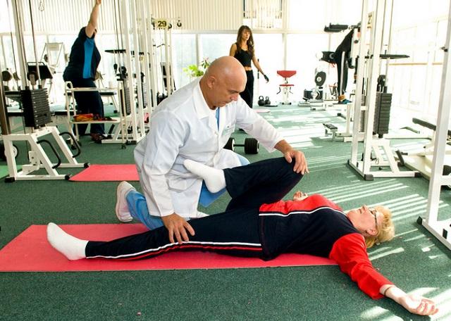 доктор Бубновский помогает делать упражнения