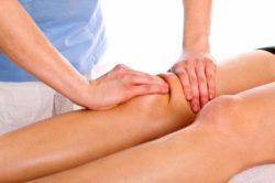 доктор делает массаж ноги