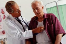 доктор слушает сердце