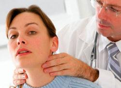 доктор смотрит шею