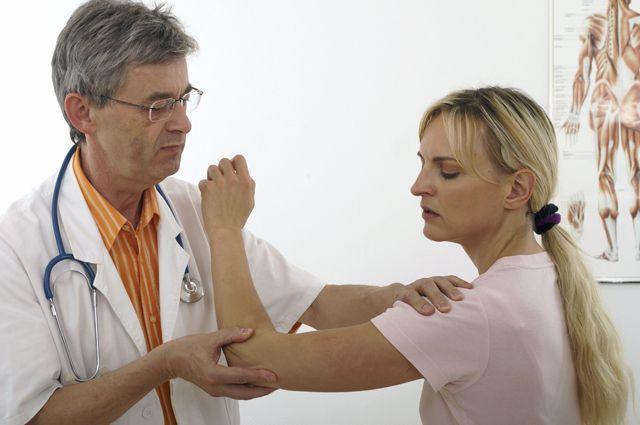 осмотр плечевого сустава врачём