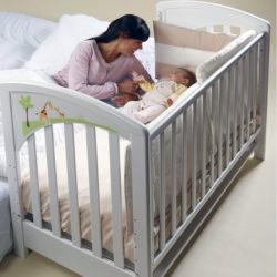 ребенок в кроватке