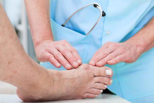 врач осматривает ногу