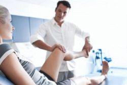 врач осматривает колено