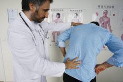 врач смотрит спину