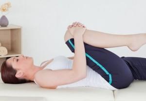 девушка делает гимнастику