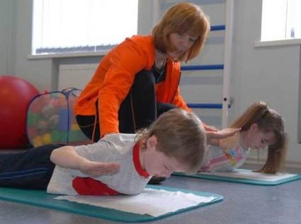дети делают гимнастику