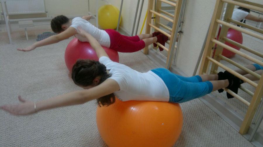 Сколиоз комплекс упражнений с мячами