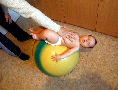 малыш на фитболе