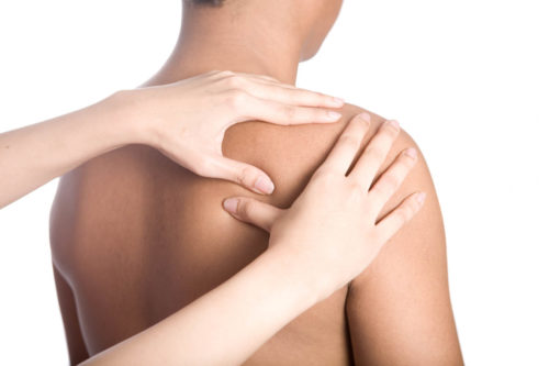массаж мышц плеча