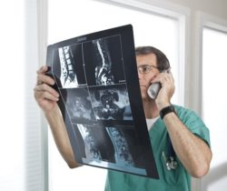 врач смотрит снимок