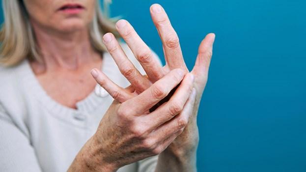женина трогает руку